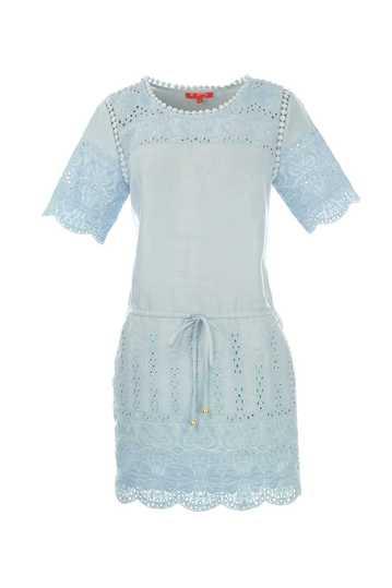 Robe unie en brodée sur le devant les manches et la jupe.