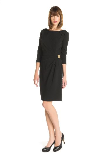 Sleeves dress in 62% polyester 23% viscose.