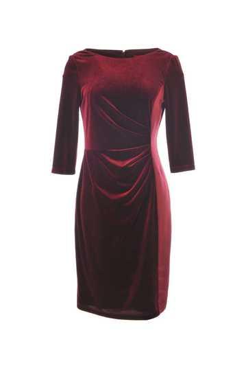 Robe unie imitation velours, plissée au niveau de la taille.