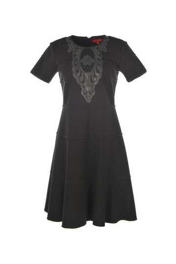 Robe unie à manches courtes avec empiècement imitation cuir sur le devant.